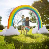 aufblasbare kinderschwimmbäder großhandel-Aufblasbare Regenbogenbrücke aufblasbare Regenbogenwasserstrahlfamilie, die Spielzeugregenbogenbrücken-Swimmingpoolkinder Badspielzeug T2I5202 spritzt