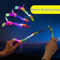 juguete helicóptero cohete al por mayor-LED SkyGold Rocket Copters Juguete Flecha Helicóptero Increíble Flecha Volando Helicóptero Paraguas Paracaídas Juguetes para niños Luz LED Juguete de Navidad