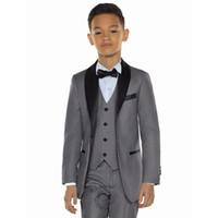 f2fbab2c9ac59 2019 Yeni Varış Damat Erkek Takım Elbise Gri / Beyaz Yakışıklı Sevimli  Çocuk Düğün Smokin 3 parça Suits (ceket + Pantolon + Yelek + Kravat)