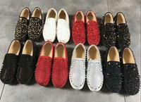 cristais de corte de diamante venda por atacado-Brilham Sapatilhas Designer de Diamante Rebite Vermelho Sapatos de Alta Baixo Corte de Camurça Spike Clássico Sapatos de Grife Para Homens Sapatas Das Mulheres Sapatos De Couro De Cristal