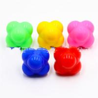 yeşil sarı top toptan satış-Silikon Altı Köşe Kick El Masajı Ev Gym Reaktif Çevik Topu Kırmızı Sarı Yeşil Fitness Eğitim Topları 6 7gwD1