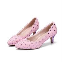 düşük topuklu gece ayakkabıları toptan satış-Güzel Pembe Dantel Düşük Topuk Plaj Düğün Ayakkabı Kristal Yaz tatil Seaside Toe Sandalet Gelin Ayakkabıları Akşam Parti Balo Kadın Ayakkabı