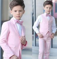 niños chaleco personalizado al por mayor-Boy 4 piezas Traje rosado Tuxedos de boda Solapa pico Un botón Boy Ropa formal Trajes para niños para fiesta de baile por encargo (Blazer + Pantalones + Chaleco + Pajarita