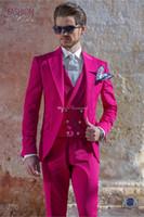 los hombres de esmoquin de color rosa caliente al por mayor-Nuevo estilo Groomsmen Hot Pink Groom Tuxedos Peak Lapel Men Trajes de boda Best Man Novio (Chaqueta + Pantalones + Chaleco) L127