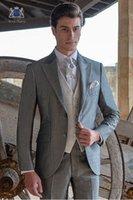 gri ustura stilleri toptan satış-Yeni Varış Açık Gri Erkekler Düğün Smokin Tepe Yaka Iki Düğme Damat Smokin 2019 Stil Erkekler 3 Parça Suit (ceket + Pantolon + Kravat + Yelek) 2068