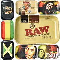 ingrosso rulli a mano per sigarette-Vassoio di metallo in rotolo Bob Marley Formato RAW 280 * 180 mm Vassoio di cartone animato per tabacco Rullo a mano Accessori per fumatori Vassoi per sigarette