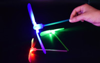 ingrosso volare cielo luci-Bamboo Dragonfly with light Shooting Rocket Flying paracadute Sky UFO Outdoor night game giocattolo per bambini bambini Educational LED
