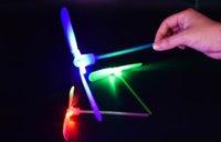 céu voando venda por atacado-Bambu Libélula com luz Tiro Foguete Voador Pára-quedas Céu UFO Brinquedo jogo ao ar livre da noite para crianças do miúdo Educacional LEVOU