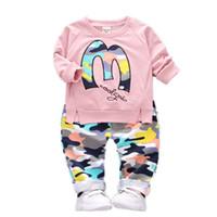 çocuk oğlan giysileri seti toptan satış-Çocuklar giysi tasarımcısı kız erkek kıyafetler çocuk mektup Tops + Kamuflaj pantolon 2 adet / takım 2019 moda Butik bebek Giyim C6688 Setleri