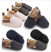 bebé suave suela de zapatos deportivos al por mayor-Zapatos para niños de 3 colores Zapatos deportivos para bebés de lona para niños pequeños Suela suave Zapatillas para caminar primero Zapatos para correr para niños Calzado Zapatos para caminar Mocasines Prewalker