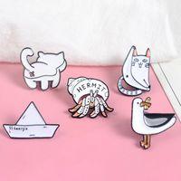 papel duro de dibujos animados al por mayor-Lindas colecciones! Gato pato trasero Soldado Cangrejo Papel Barco Negro blanco Minimalista Esmalte duro Dibujos animados Broches para animales Pasadores de solapa