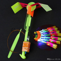 flecha volante llevó al por mayor-LED Flyer Flyer LED Flying Amazing Arrow Helicóptero Flying Umbrella Juguetes para niños Amazing Shot Light-Up Parachute Regalos OOA2245