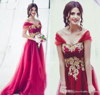 ingrosso abiti da sposa arabi oro-2019 Arabo Dubai Modest Oro Appliques Rosso Vestito da damigella d'onore Spalle spalle Un abito da sposa Maid of Honor Abito Plus Size Custom Made