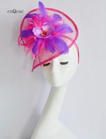 ingrosso cappelli di piuma-2019 Hot pink viola sinamay fascinator Net cappello da donna formale cappello per la sposa nuziale doccia madre della sposa w / piume