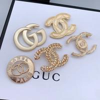 elmas kostüm takı toptan satış-Sıcak Marka Tasarımcısı Broş Kristal Elmas Lüks Broş Altın Kaplama İnci Broş Pins Kadınlar Tasarımcı Takı Kostüm Dekorasyon