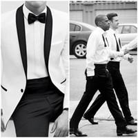 los mejores esmoquin de boda para el novio blanco. al por mayor-2019 Slim Fit One Button White Groom Tuxedos Shelfl Lapel Groomsmen Best Man Hombre Trajes de Boda (Chaqueta + Pantalones + Arco)
