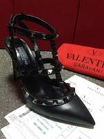 zapatos de vestir color nude al por mayor-Marca v Negro Rosa Rojo Bombas Nude Punta estrecha T-Stilet Stiletto Heels Zapatos Remaches con tachas Mujeres Tacones altos Vestido de fiesta Sandalias Zapatos de boda