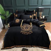 sıcak 68 toptan satış-Altın Harfler Pamuk Yatak Takımları Yüksek Kaliteli Nakış 4 ADET Yatak Örtüsü Takım Sıcak Satış Yatak Malzemeleri