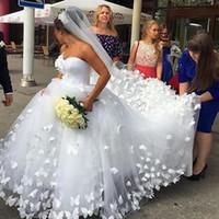ingrosso incredibili abiti da sposa principessa-Incredibili appliques a farfalla 3D Abiti da sposa principessa Corte dei treni Tulle Innamorato Dubai Arabo boho abiti da sposa principessa con velo