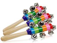 glocke holzspielzeug instrumente pädagogischen großhandel-DHL Baby Spielzeug Rassel Regenbogen Mit Glocke Orff Musikinstrumente Pädagogische Holzspielzeug Kinderwagen Krippe Griff Aktivität Glocke Stick Shaker