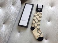 çorap arzı toptan satış-Rahat Bacaklar En Lüks Tasarım Çorap Günlük Spor Çorap Moda Aksesuar Kaynağı ile Orta parmak Çorap ve Çorap