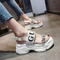 kristall-chunky high heels großhandel-Chowaring Luxus Designer Kristall Wedges Chunky Heels Marke Frauen Sandalen Sommer Plattform Strand Schuhe High Heels Rot