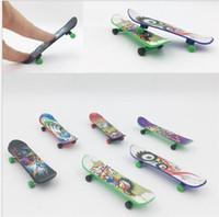 ingrosso i bambini giocano il movimento-Mini Finger Skateboards Skate Creative Fingertip Movement Unti-smooth Plastic Fingerboard Toys per bambini Bambini dc520