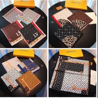 ingrosso anelli di sciarpa-2019 New designer Silk Small Square Sciarpa per le donne di alta qualità Italia marchio Pieno logo Sciarpe di seta piccole sciarpe 50x50cm D544