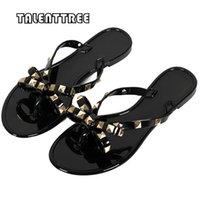 chancletas mujer pajarita al por mayor-Zapatos de las mujeres del verano planas con chanclas Bow Tie Rivet Flip Flops Pvc suave playa exterior Jelly Flip Flops mujeres zapatillas