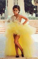 vestido de niña de flores amarillo sin tirantes al por mayor-2019 Nuevos niños amarillos Ropa formal Vestidos para niñas de flores Sin tirantes Una línea Alto Bajo Cansado Vestidos de tul pequeños con aplicaciones