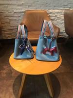 at totes toptan satış-Yeni klasik tasarımcı kadın çanta askısı omuz çantaları mini Hakiki Deri poşetler at kolye ile kilit küçük çanta tote 18 cm22 cm