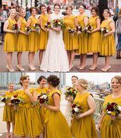 vestidos de praia de chiffon amarelo venda por atacado-2020 nova chegada vestidos de dama de honra amarelo chiffon jóia do pescoço caxemira praia verão plissado curto para o casamento convidado vestido de maid de honra vestidos