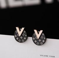 v gold brief großhandel-2019 neue Luxus Ohrringe Marke Designer Titan Stahl Stud Frauen Mode Rose Gold Buchstabe V Ohrringe Freies Verschiffen