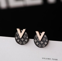 ingrosso v lettera d'oro-2019 nuovi orecchini di lusso in acciaio di titanio del progettista di marca degli orecchini di lusso del progettista dell'acciaio inossidabile delle donne liberano il trasporto