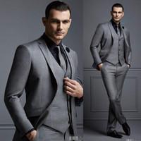 pajarita de borgoña para hombre al por mayor-Traje gris para hombre de moda Traje de novio barato Trajes de hombre formal para los mejores hombres Slim Fit Novio Tuxedos para hombre (chaqueta + chaleco + pantalones)