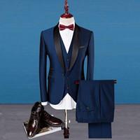 camisa de esmoquin azul marino al por mayor-2019 Venta Caliente Azul Marino Trajes de Boda Baratos Esmoquin para Novio 5 Piezas (Chaqueta + pantalón + chaleco + camisa + corbata) Hombres de negocios Vestidos de fiesta formales