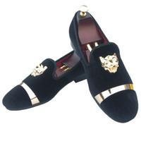 белые свадебные тапочки оптовых-Ручной работы мужские бархатные мокасины тапочки с золотой пряжкой свадебное платье обувь скольжения на курение квартиры с красным дном черный белый красный синий