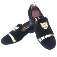 weiße schuhe gold schnallen männer großhandel-Handmade Herren Velvet Loafers Pantoffeln mit Goldschnalle Hochzeitskleid Schuhe Slip-On Smoking Wohnungen mit roter Unterseite Schwarz Weiß Rot Blau