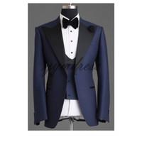 traje de tres piezas de diseño de la boda al por mayor-Trajes de boda azul marino para el esmoquin 2019 One Button Peak Lapel Slim Fit Fashion Design para hombres Tres piezas (chaqueta + chaleco + arco)