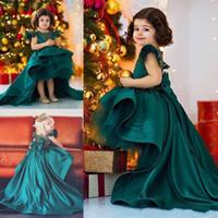 yeşil hi lo organza elbisesi toptan satış-Koyu Avcı Yeşili Yüksek Düşük Çiçek Kız Elbise Düğün İçin Saten Ve Organze Kızlar Pageant Törenlerinde Büyük Yay Sweep Tren Doğum Günü Partisi giymek