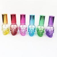 botellas de spray de perfume de color al por mayor-Botella de perfume de cráneo de 8 ml Botella de spray de vidrio coloreado Atomizador de spray recargable Muestra pequeña Botellas de perfume portátiles