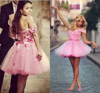 ingrosso abiti da ballo rosa fucsia-Sweet Short Puffy Homecoming Dresses Off Shoulder Nuovi 2019 fatti a mano fiori rosa e fucsia Mini abito da ballo abito da promenade Cocktail Party Wear