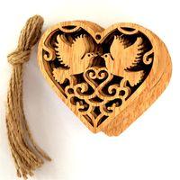 ingrosso ornamenti a forma di cuore-A forma di cuore per la pace degli uccelli Decorare Woodiness Scavando fuori intaglio Ornamento Rustico decorazioni di nozze Letterario e artistico vendita calda 6jmC1