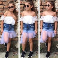 короткие белые юбки оптовых-Девочки устанавливает белое кружево с плеча топ + джинсовая марля короткие юбки 2 шт. Набор 2019 мода лето девушка дети бутик одежда наряды