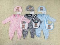 bebek karikatür tulumlar toptan satış-Erkek bebek Kız Mektuplar karikatür ayı 3 adet set Romper Bebek Şapka + önlüğü + tulum Uzun Kollu Romper Bebek bodysuits
