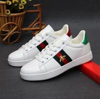 bb89148f5 Novos pequenos sapatos brancos 2018 primavera e no verão nova senhora Ace  bordado Abelha calçados esportivos casuais Homens Mulheres Zapatillas Sapato  de ...