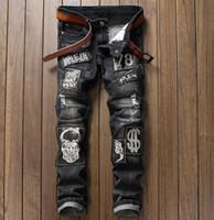 patchs de motards brodés achat en gros de-Européen américain Pop logo Skull Letter Patchs Jeans Homme Straight Fit brodé Hip Hop Locomotive Biker Jeans Gris # 003-4