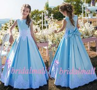 bebek mavi dantel gelinlik toptan satış-2k19 Mavi Çiçek Kız Elbise Ile Papyon Küçük Çocuklar Doğum Günü Elbise kat Uzunluk Dantel Aplike Saten Bebek Kız Parti Kıyafeti Düğün Için