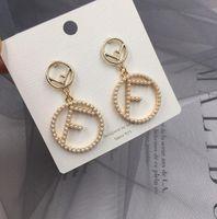 modeschmuck perlenohrringe großhandel-2019 NEUE Frauen Mode Mit Perle Brief Ohrringe Mit Perle Brief Anhänger Baumeln Kronleuchter Ohrringe Designer Schmuck