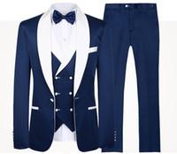 синие смокинги для выпускного вечера оптовых-2020 Синий мужчин Свадебные костюмы Новый бренд дизайн одежды Real Groomsmen Белый шаль лацкане жениха смокинги Mens Tuxedo Свадьба / Пром костюмы 3 шт